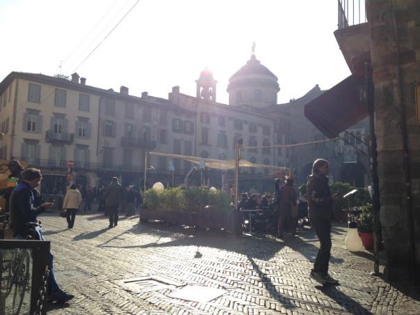Formiddag på Piazza Vecchia i Città Alta i Bergamo.